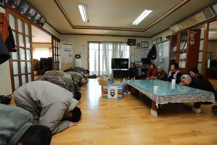 POCHEON, Republic of Korea - Members of 2nd Infantry Division/ROK-U.S. Combined Division perform Korean traditional bows in front of elders in honor of the Lunar New Year, Feb. 13, at Yangmun Senior Community Center during 2ID/RUCD's revisit to Pocheon after the division's transition from Uijeongbu to Pyeongtaek. (U.S. Army photo by KATUSA Cpl. Park, Seung Ho, 2ID/RUCD Public Affairs)