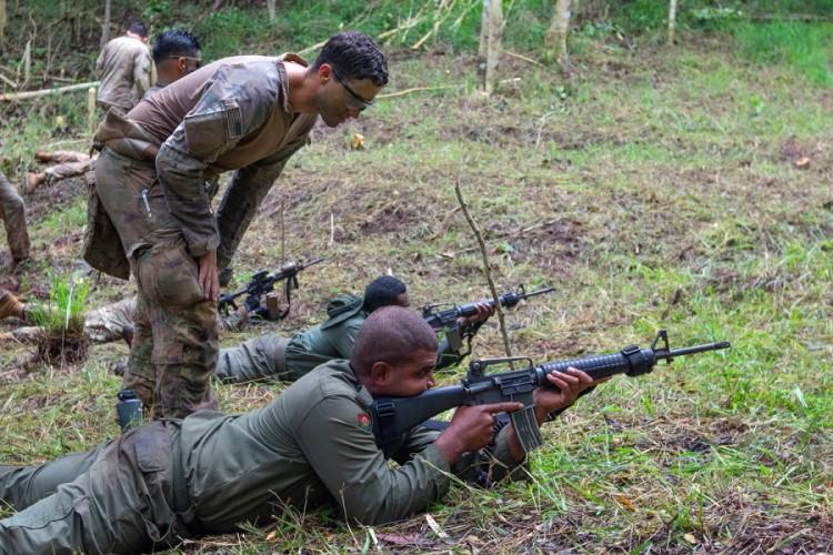 Army Sgt. Tanner Bianchi observes a Fijian soldier during training in Labasa, Fiji, July 31, 2019. (WHITNEY HOUSTON/U.S. ARMY)