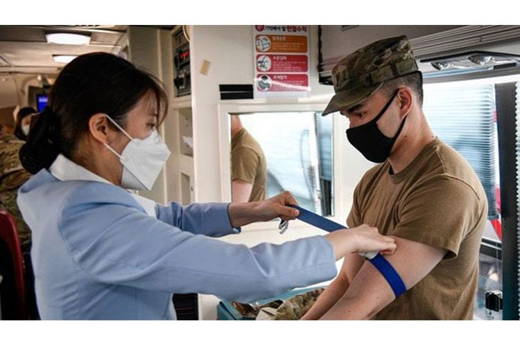 Army 1st Lt. Jonathon Ng (right), assigned to the 2nd Infantry Division Sustainment Brigade, participates in a blood drive conducted by the Korean National Red Cross and Army medical personnel at Camp Humphreys, Republic of Korea, April 7 (Photo by: Army Spc. Matthew Marcellus).
