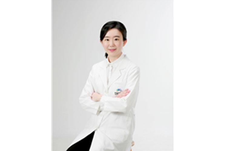 Dr. Minji Ha, Clinical Director of the Anterior Segment Center, Hangil Eye Hospital