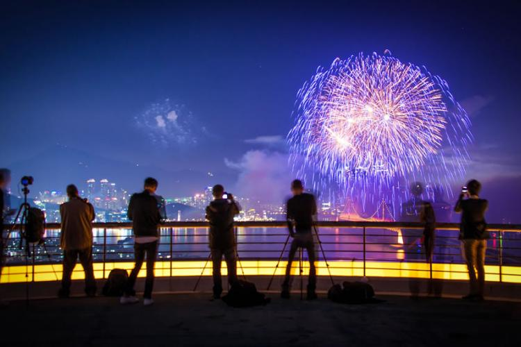 Having trouble figuring out where to watch this year's fireworks display? The City of Busan lays out some alternative places if you don't want to mess with the large crowds, or can't afford the high-priced seating at the bars or grandstands on Gwangan Beach.