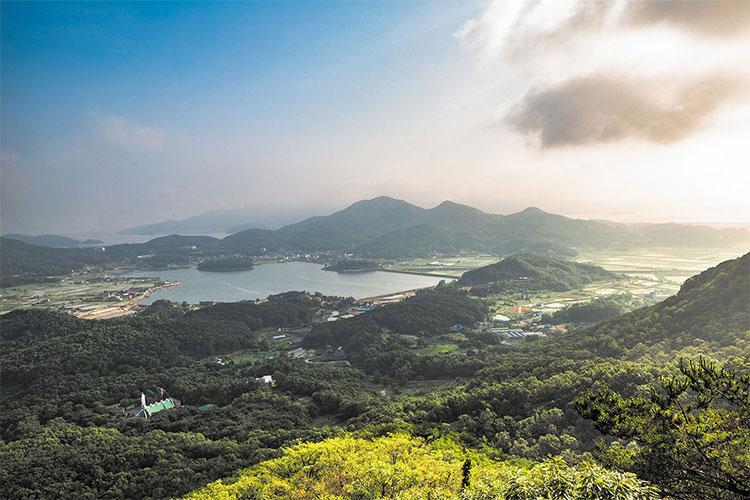 View of Ganghwado Island mountains from Jeokseoksa Temple on Goryeosan Mountain in Incheon. File photo